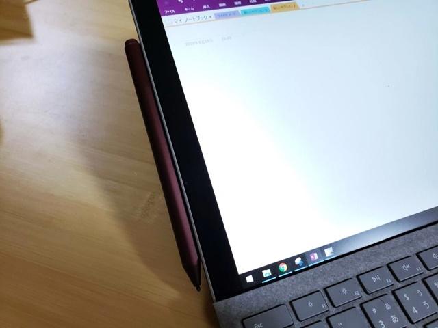 Surfaceペンは、Surface Proの左側にマグネットで固定できる。