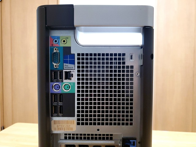 背面のI/Oポートには、USB 2.0×3、USB 3.0×3、シリアル×1、PS2×2、RJ45×1。