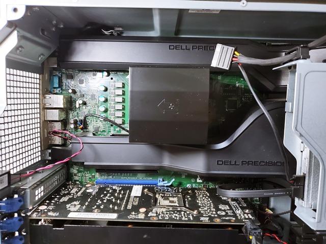 マザーボード上部には、CPUやメモリが配備。