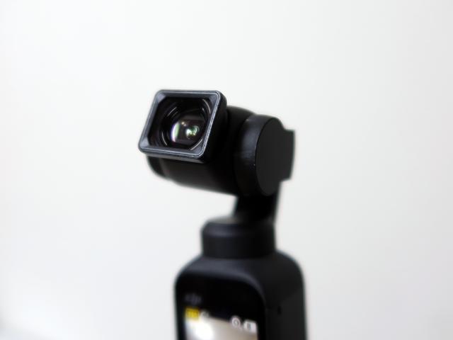 広角レンズはマグネット式でカメラに装着