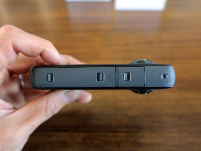 反対側にはバッテリー、MicroSDカードとUSB-Cコネクタの蓋になっている