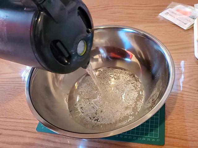 白い粒粒にお湯を注ぐと透明になってスライムみたいになる