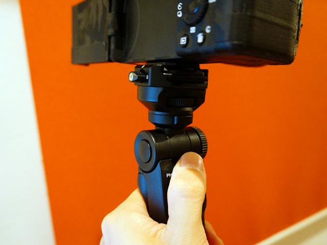 ロック解除ボタンを押すと簡単に角度を調整できる